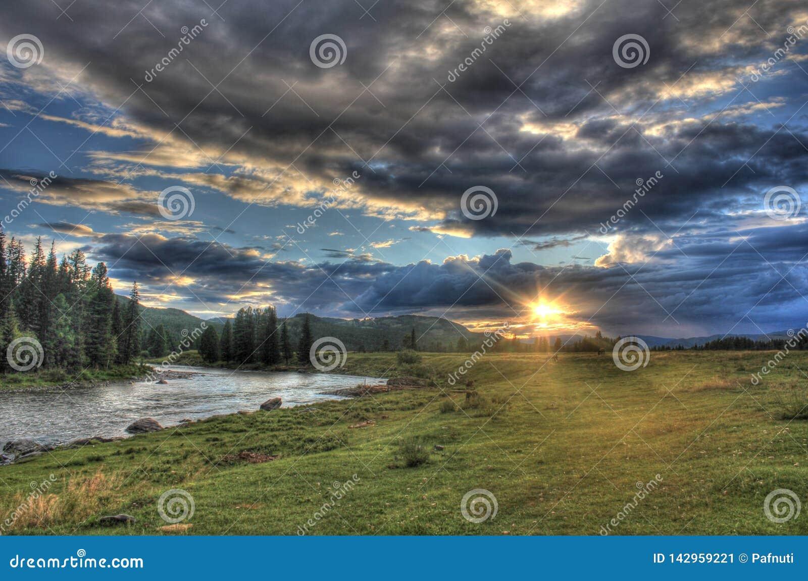 Viaggio attraverso la natura selvaggia del Altai Tramonto nella valle del fiume Bashkaus della montagna