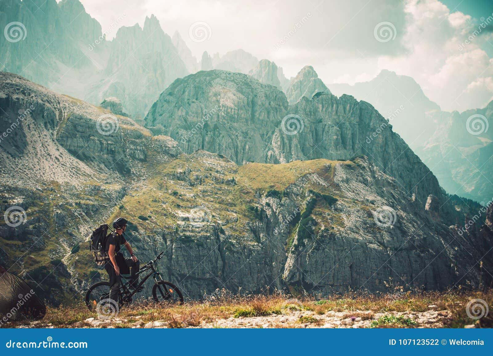 Viaggio della bici di traccia della montagna