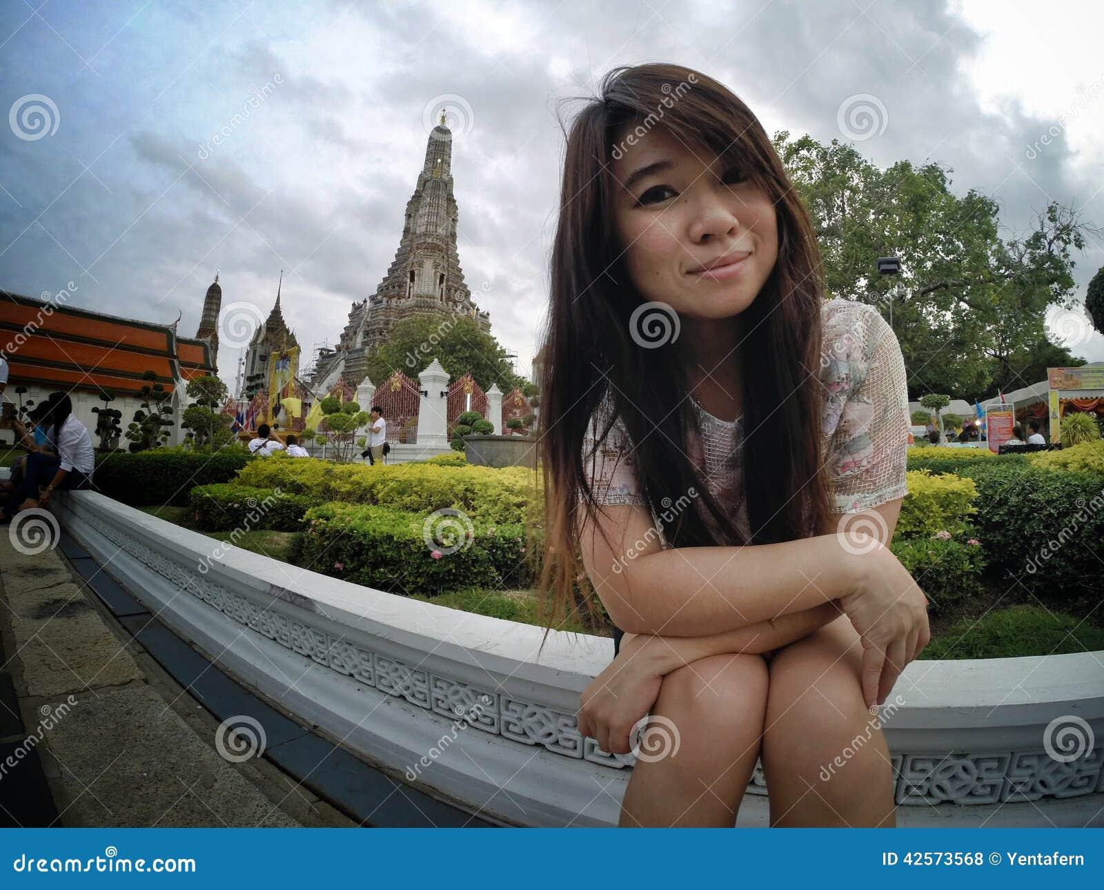 Viaggio della ragazza nel tempio della Tailandia