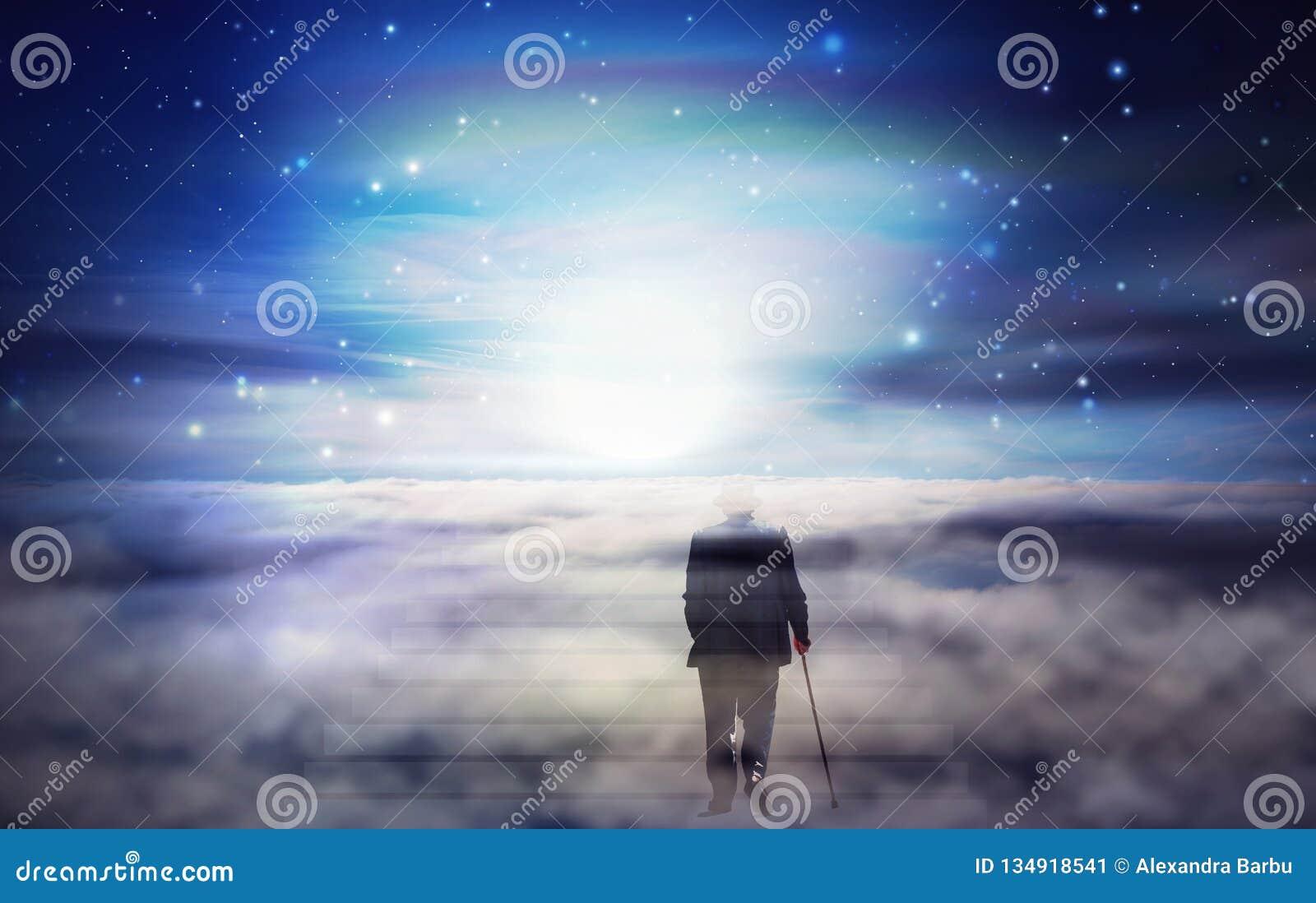 Viaggio di anima dell uomo anziano, luce intensa da cielo, modo a Dio