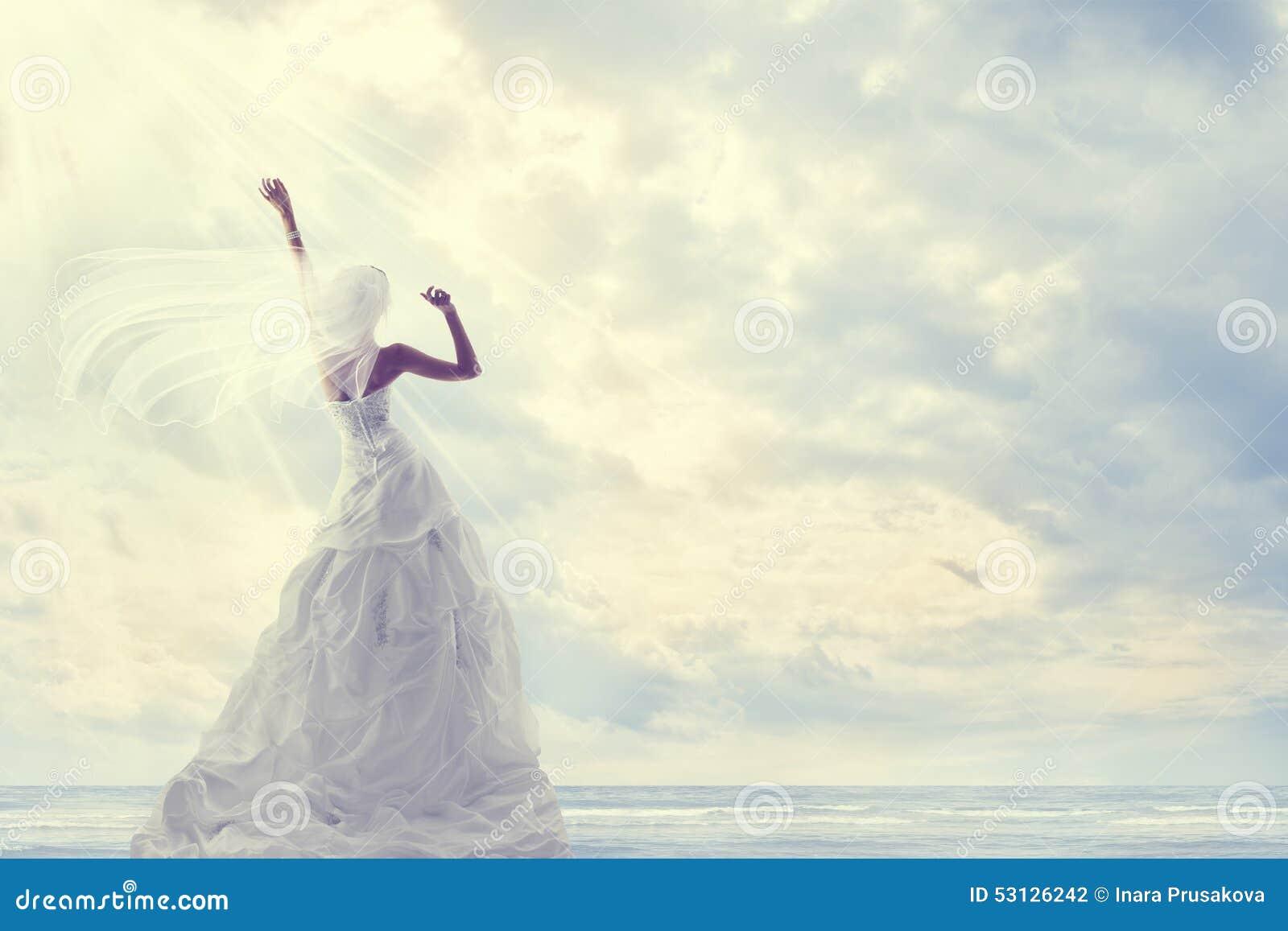 Viaggio di luna di miele, vestito da sposa dalla sposa, viaggio romantico, cielo blu