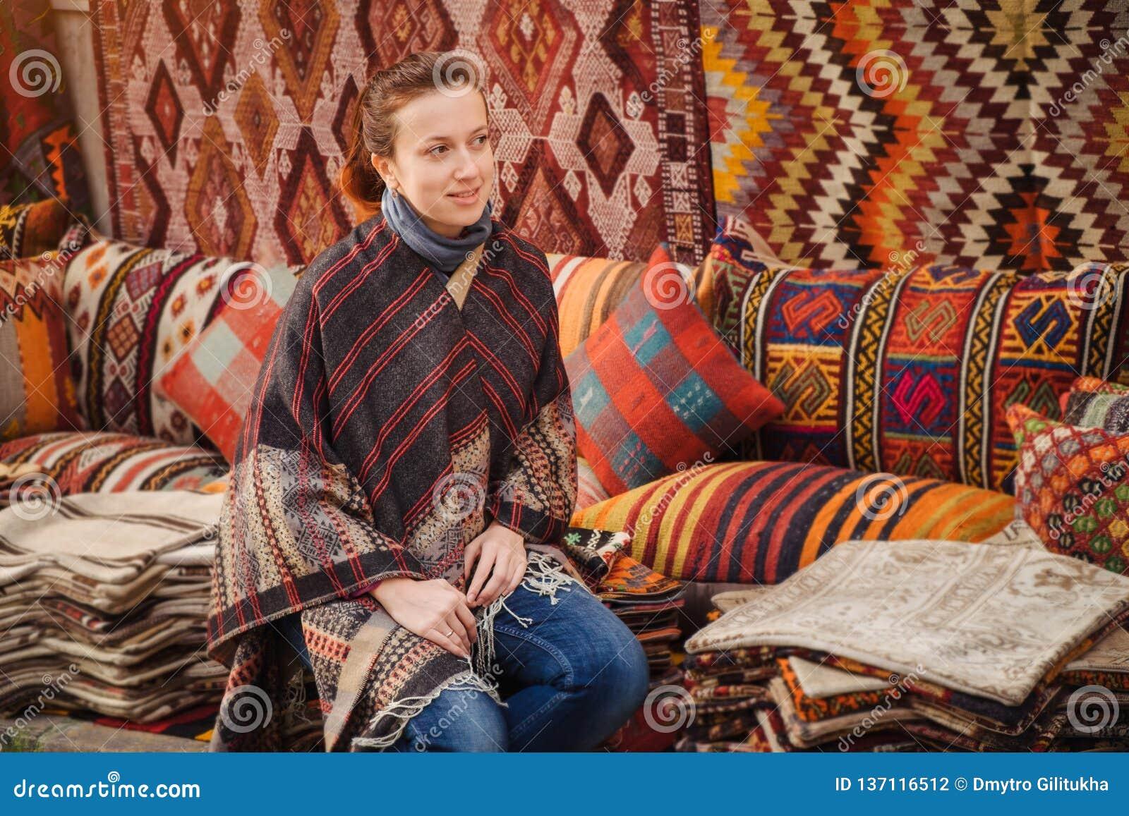 Viaggio in Turchia La donna vede sul tessuto turco tradizionale