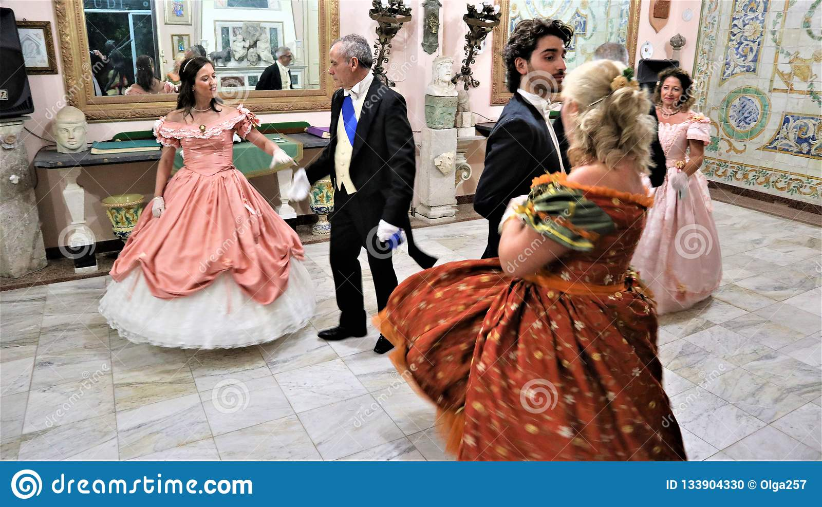 Viagrande, Catane/Italie 24 novembre 2018 : danses dans le costume du 18ème siècle
