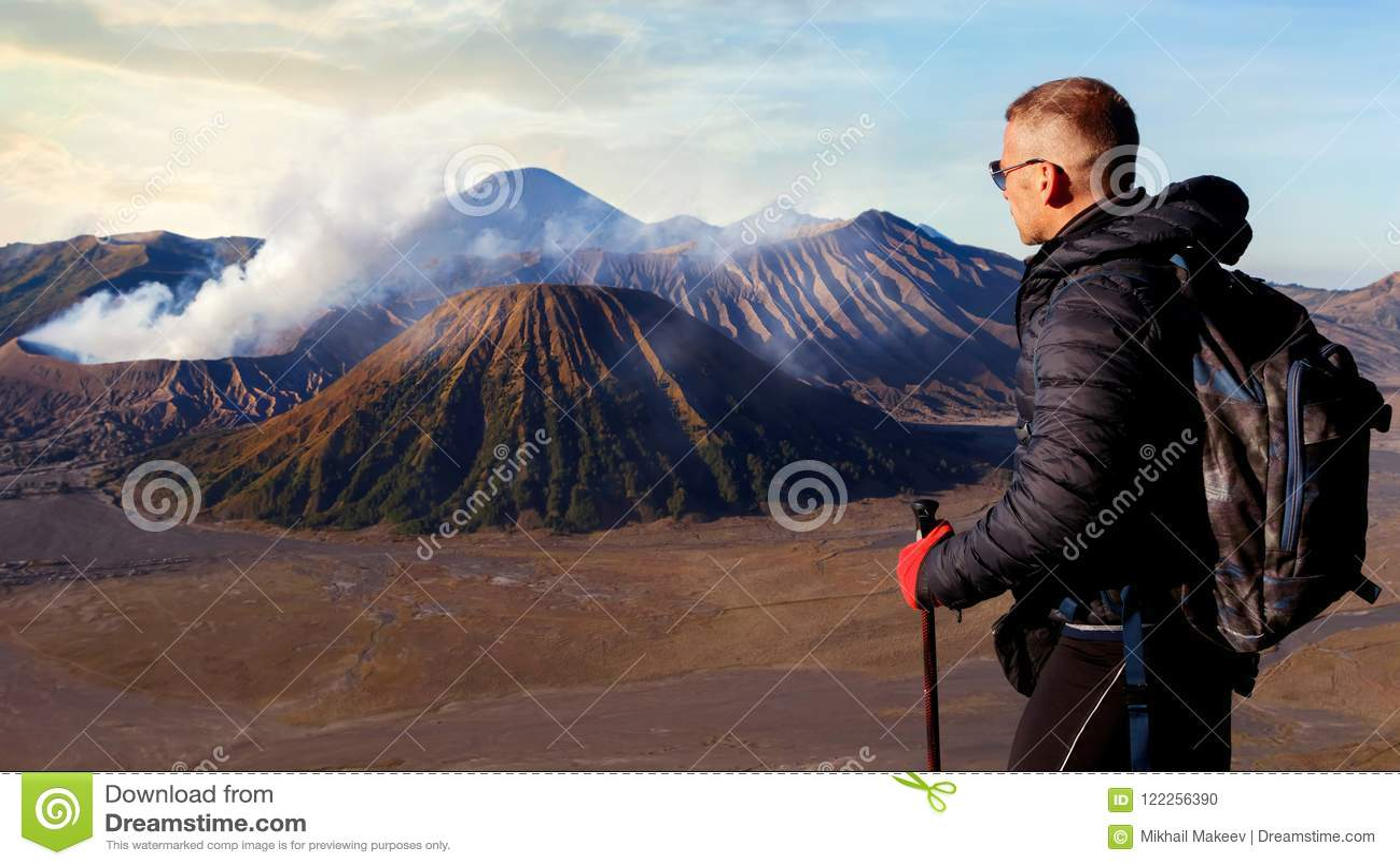 Viajante contra o nascer do sol fantástico no vulcão de Bromo indonésia Java islan