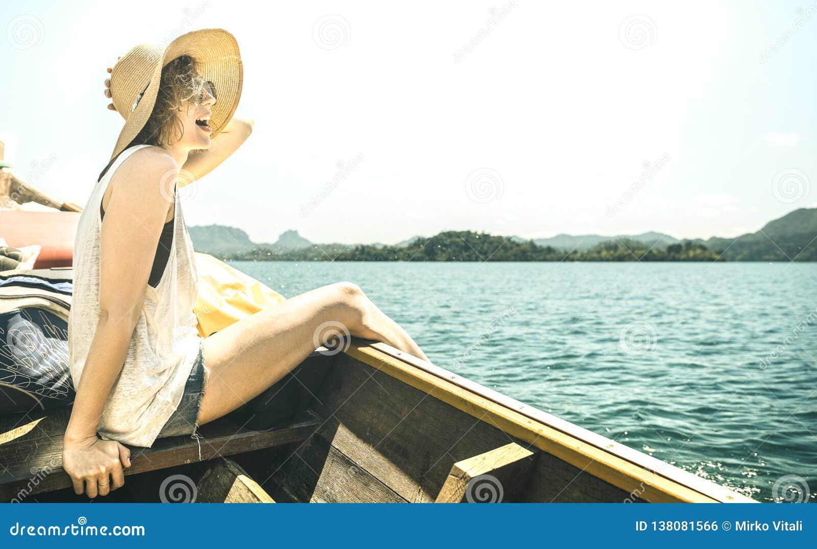 Viajante de solo da jovem mulher na excursão no lago - conceito da viagem do barco do curso do desejo por viajar com o andarilho