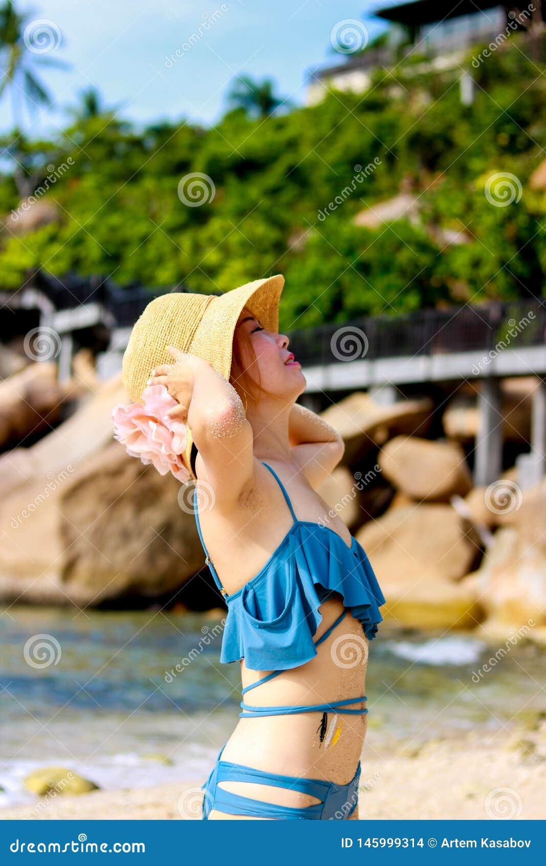 Viajante f?mea novo que aprecia f?rias de ver?o na praia