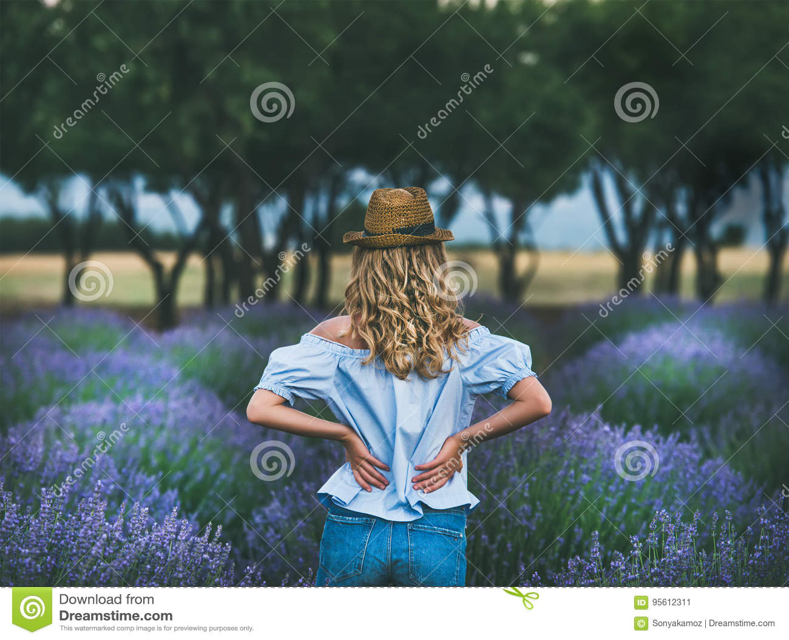 Viajante louro novo da mulher que está no campo da alfazema em Turquia