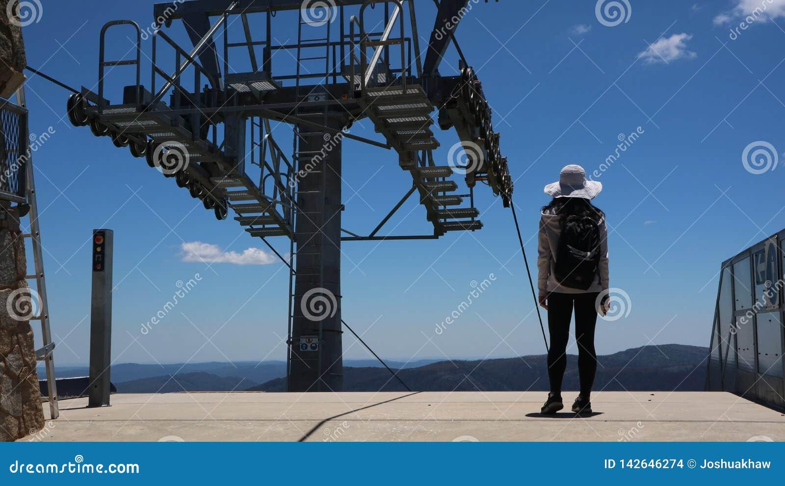 Viajante novo e aventuroso em um cume