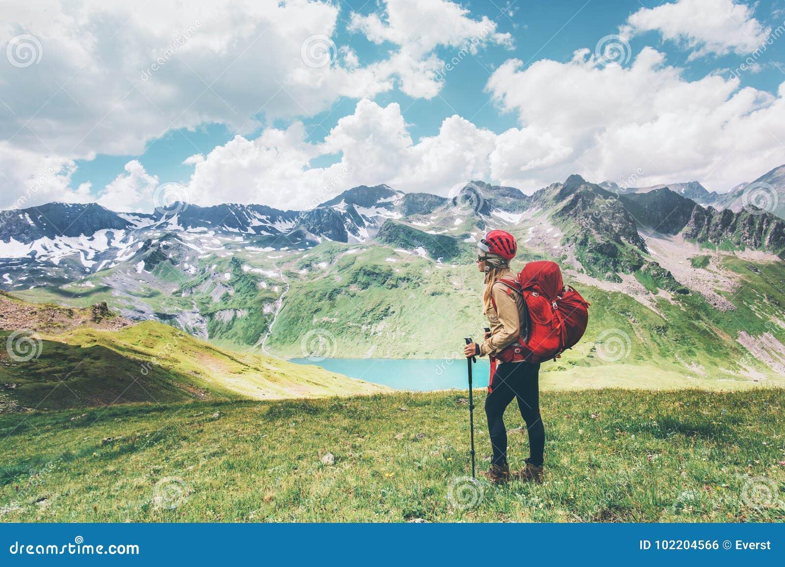 Viajante que caminha nas montanhas que apreciam as férias de verão felizes das emoções do conceito da aventura do estilo de vida