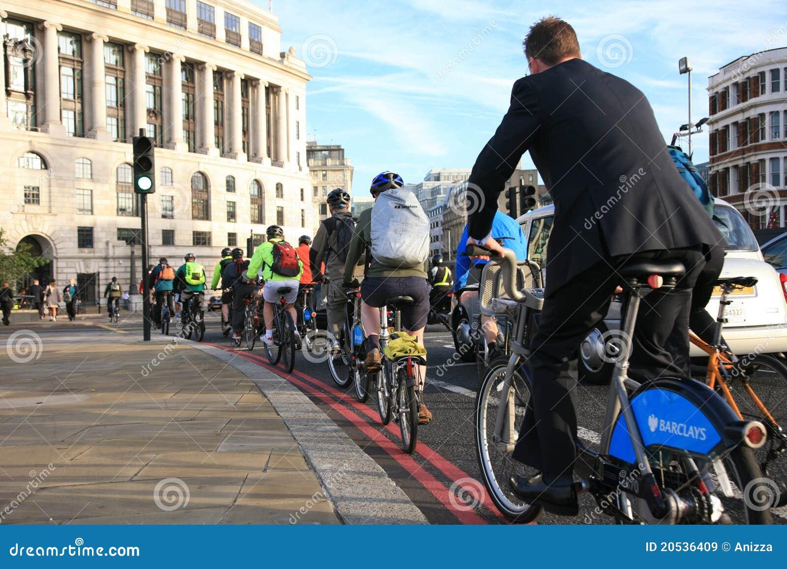 Viajantes de bilhete mensal da bicicleta em Londres