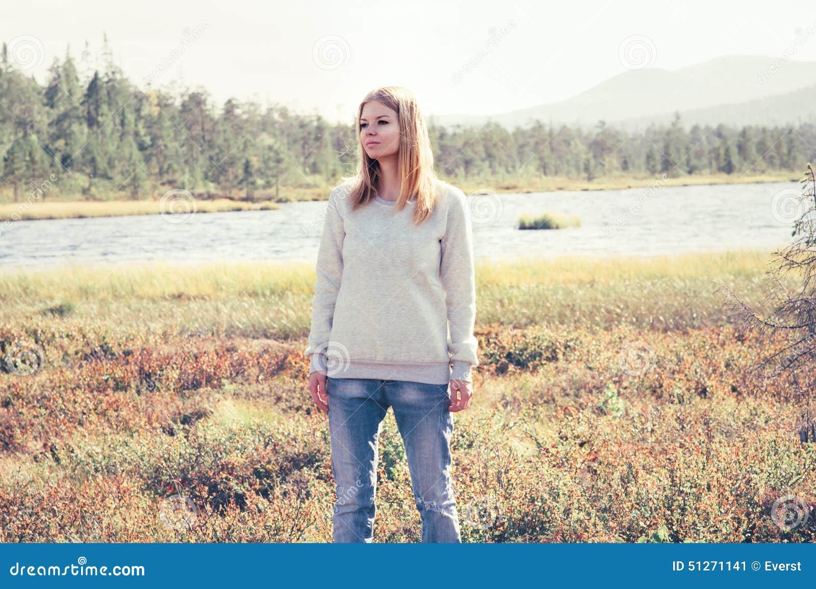 Viaje al aire libre solo que camina triste de la mujer joven
