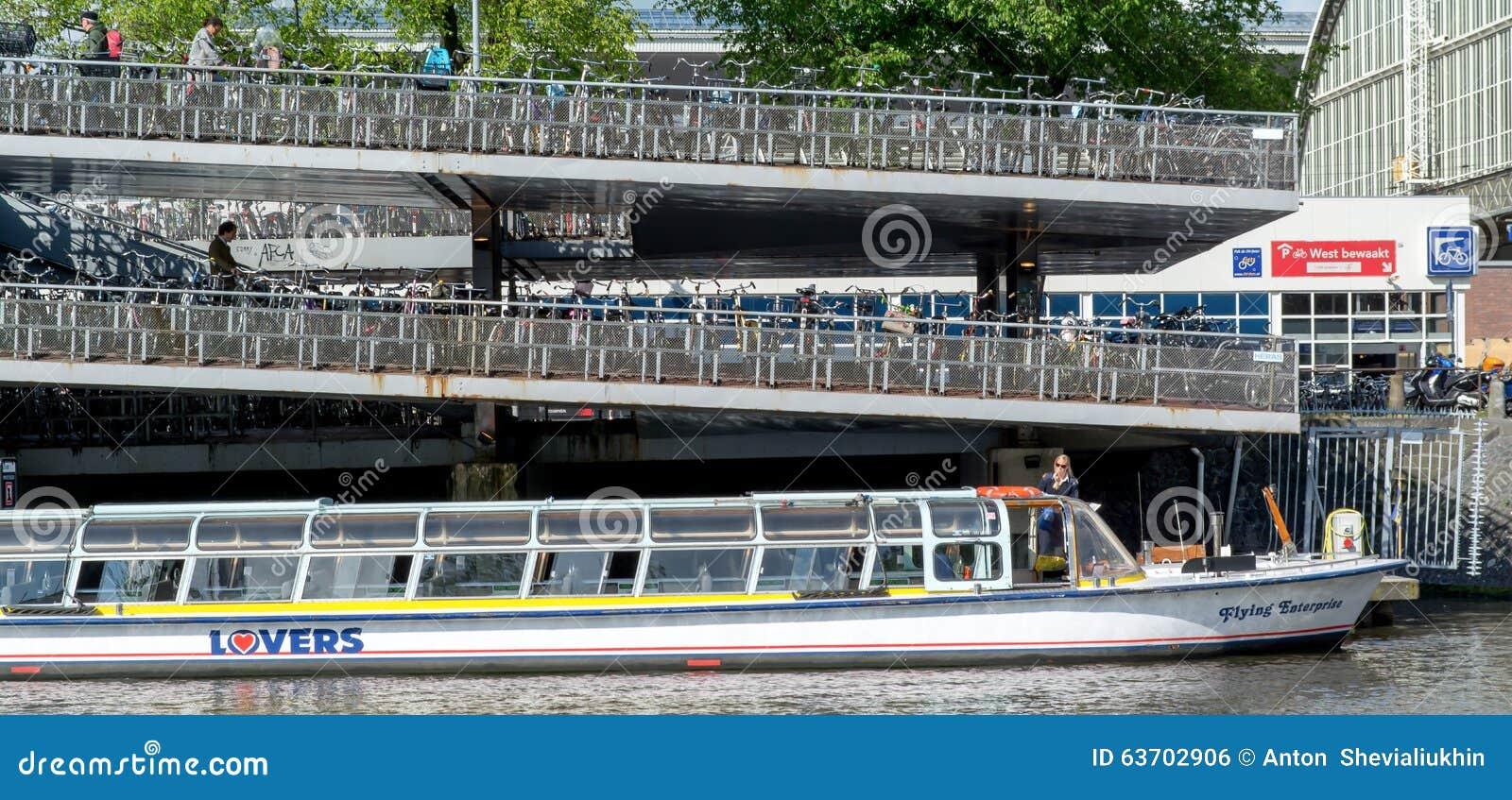 Viaje barco y estacionamiento de bicicletas en amsterdam for B b ad amsterdam centro