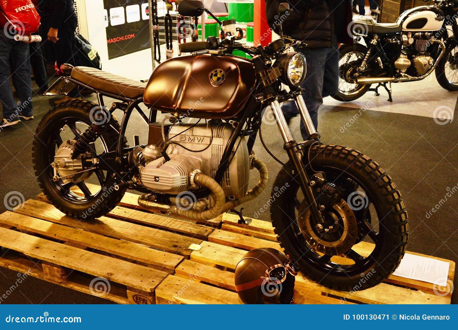 Viaje de automóvel a expo da bicicleta, piloto do café de BMW do velomotor