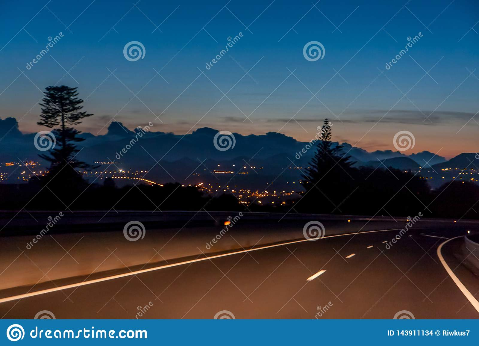 Viaje de la noche con una hermosa vista de las luces de la ciudad