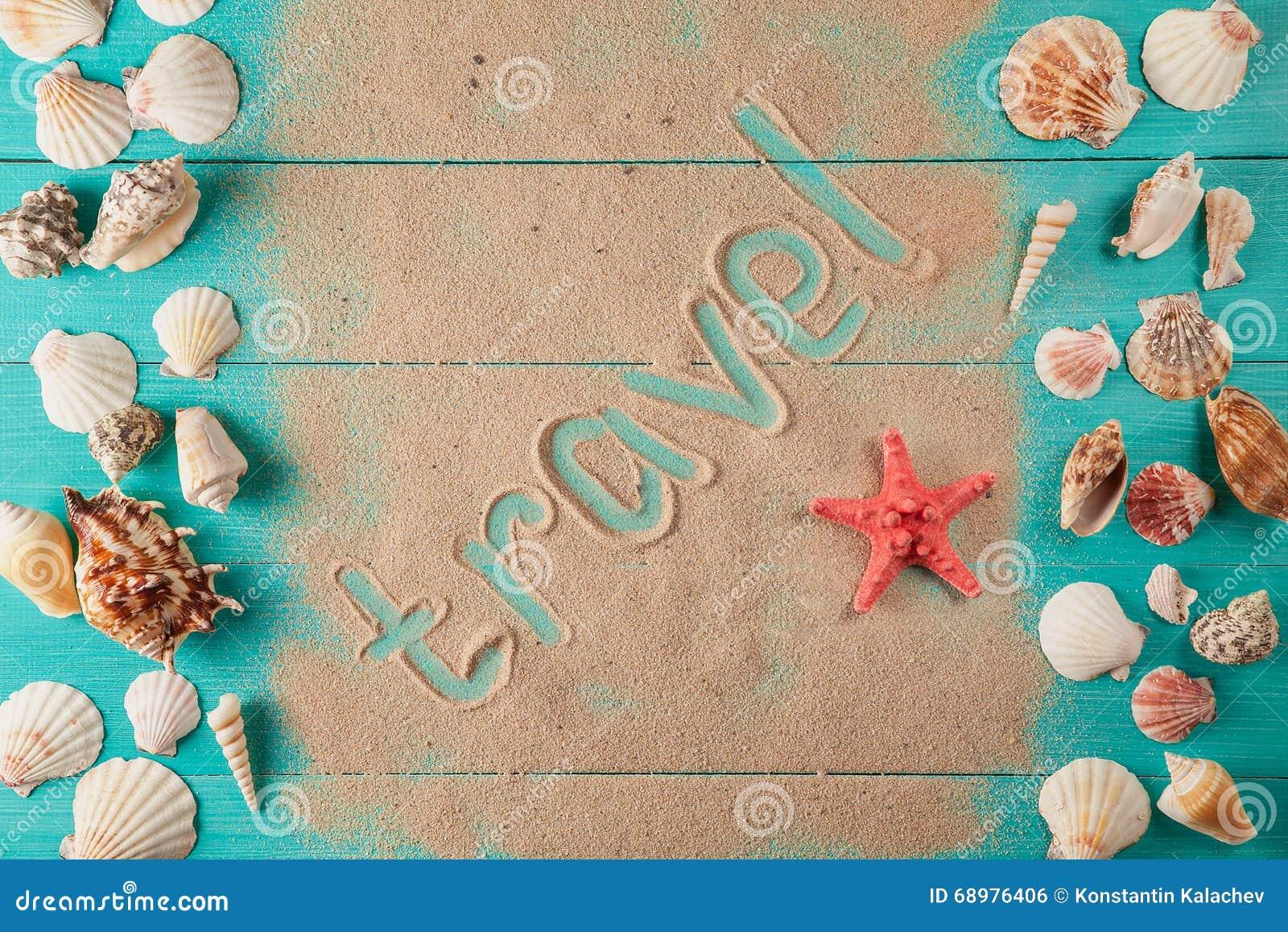 Viaje de la palabra escrito en la arena entre conchas marinas