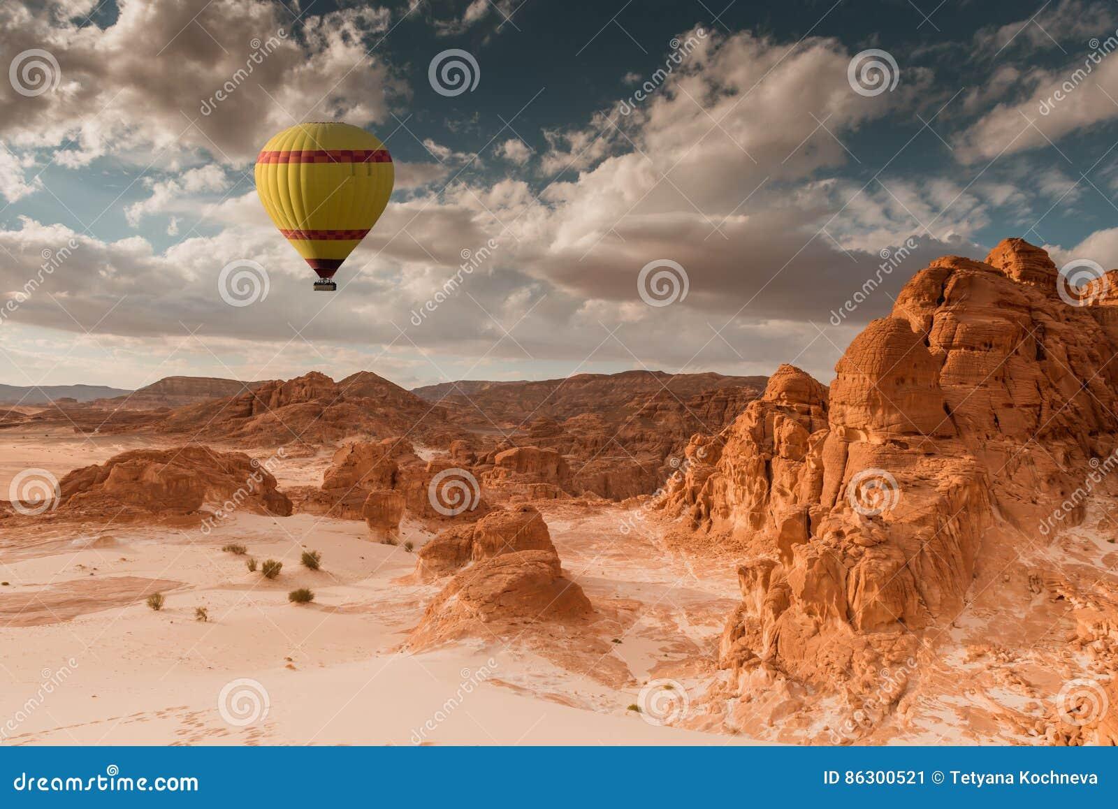 Viaje del globo del aire caliente sobre desierto