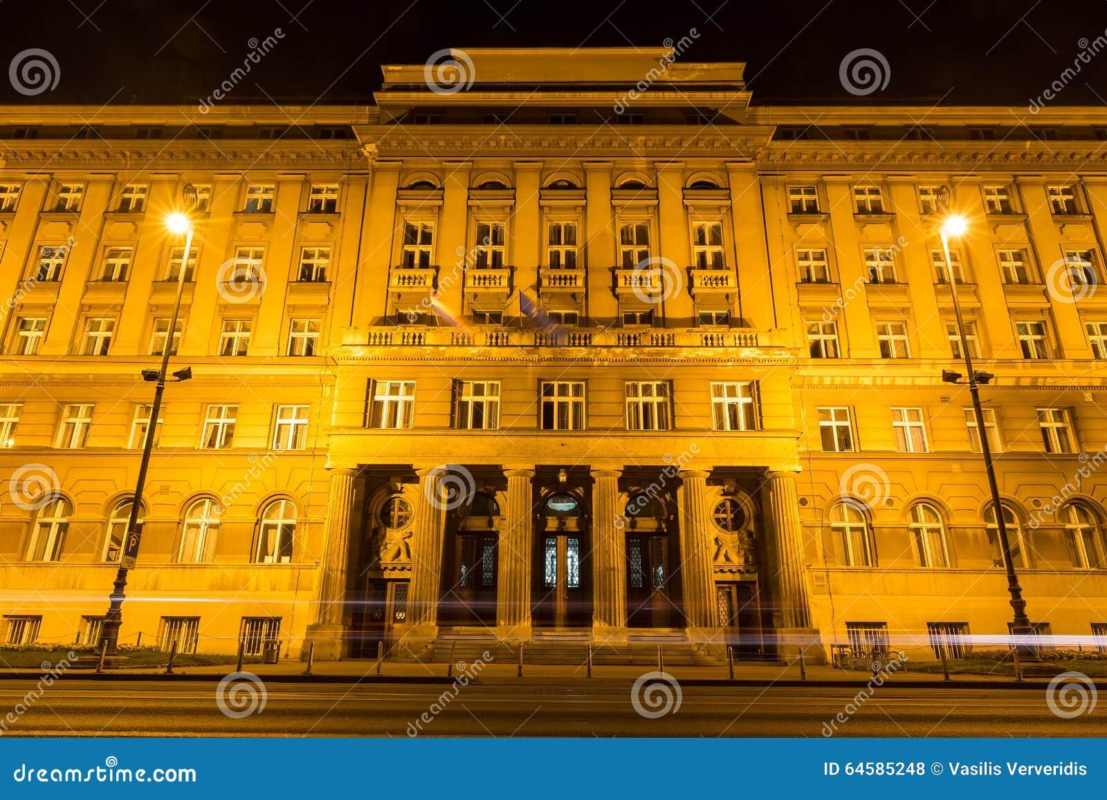 Viaje en tranvía el rastro en las calles de Zagreb en la noche en Zagreb, Croacia
