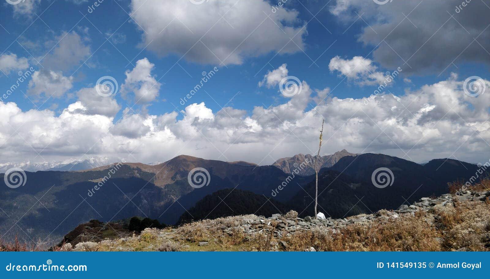 Viaje a través de las montañas que tocan el cielo