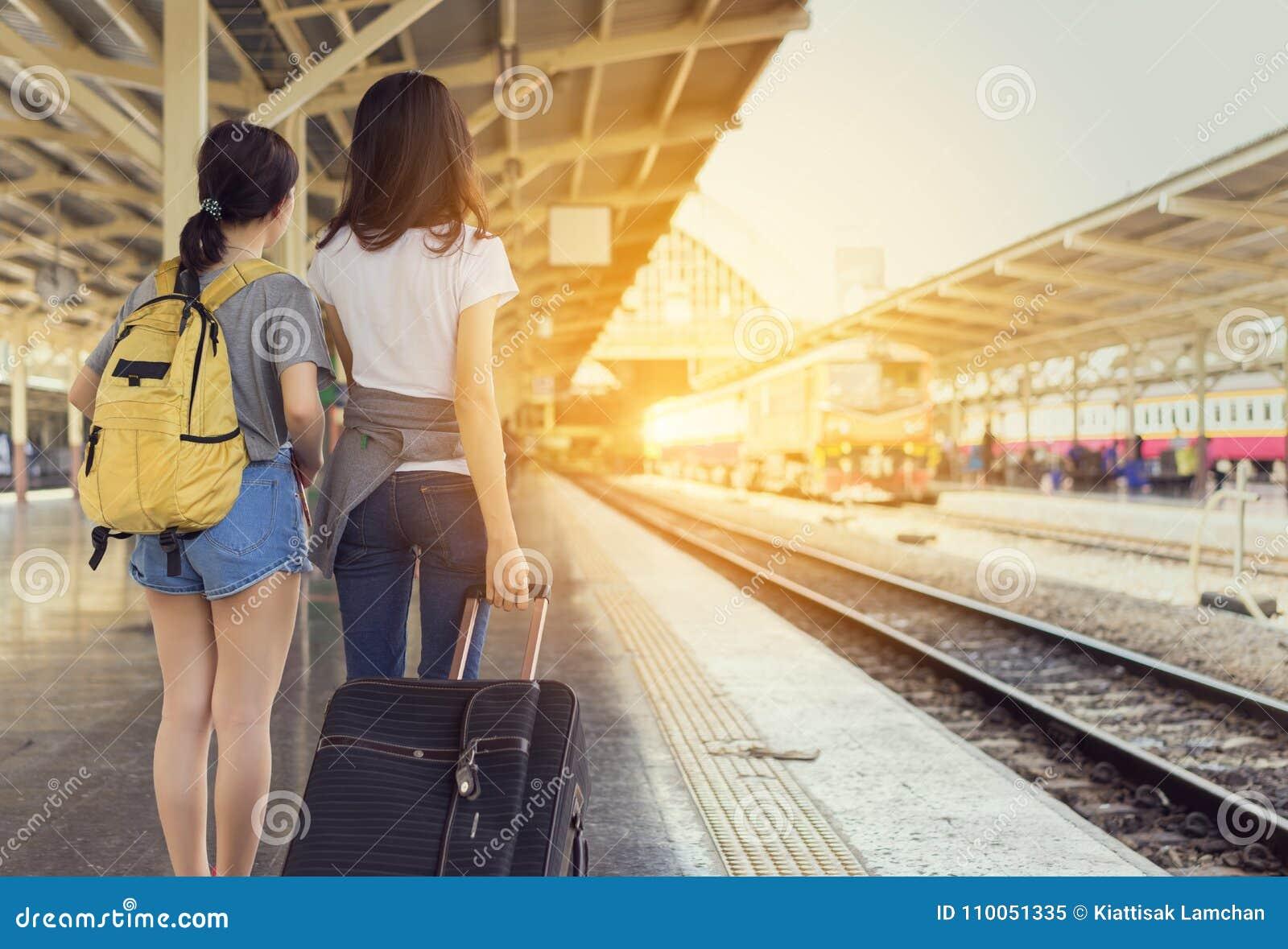 Viajero asiático de la mochila de la chica joven junto que espera