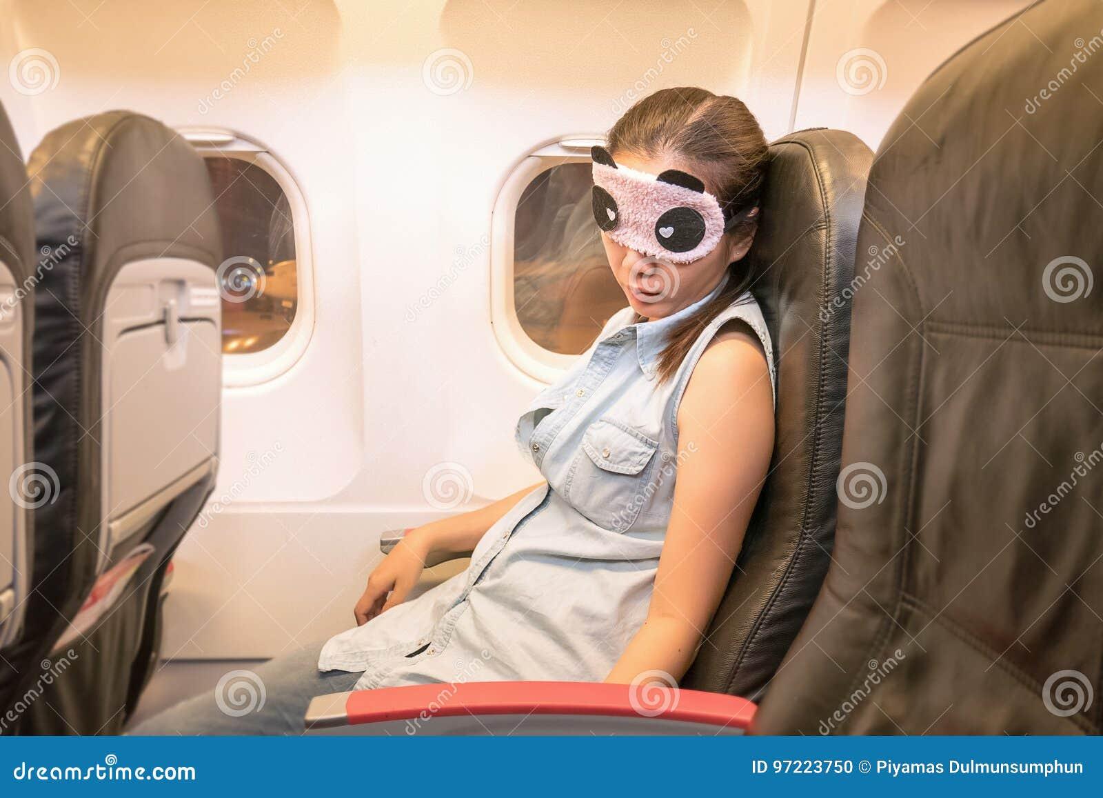 Viajero asiático de la mujer que duerme en el aeroplano