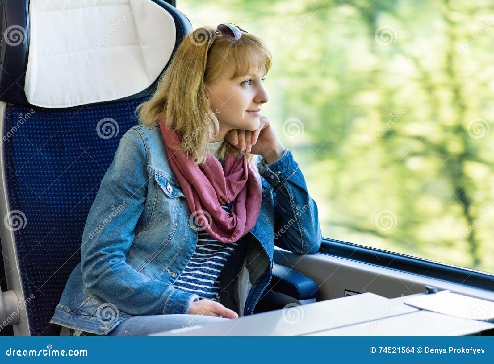 Viajero de la mujer en tren