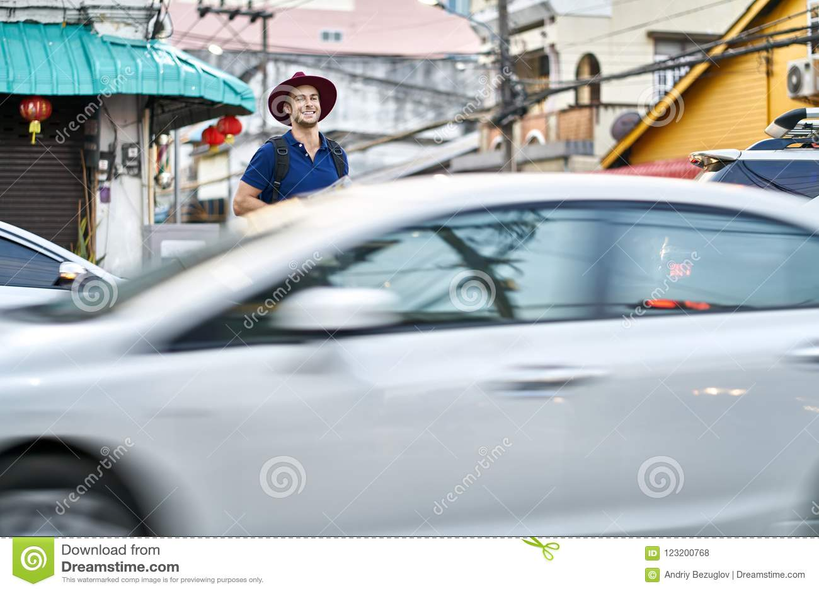 Viajero en la calle de la ciudad