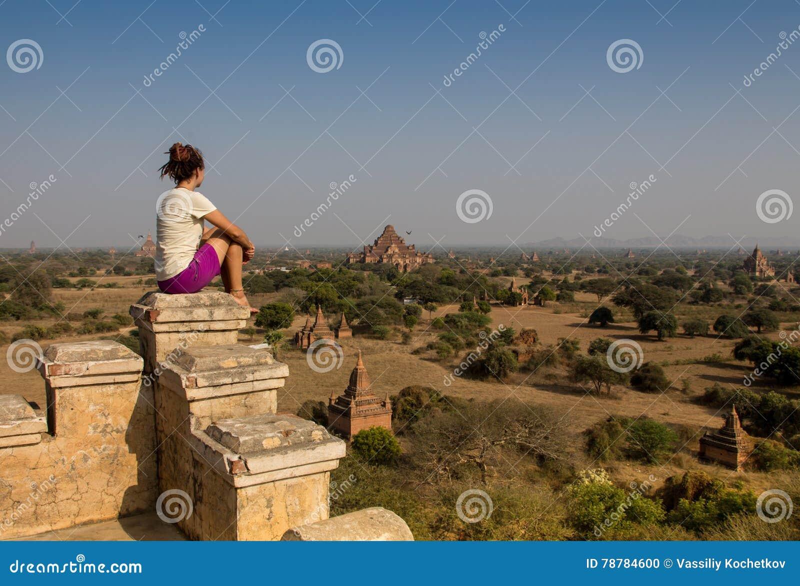 Viajero joven que disfruta en de una puesta del sol de mirada en Bagan, Myanmar Asia