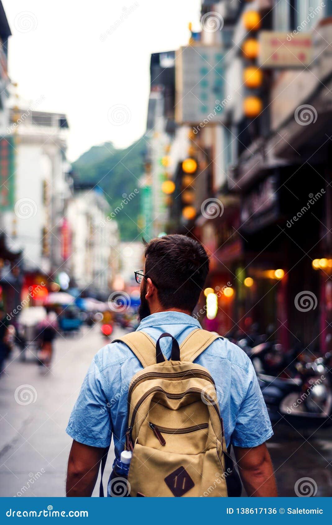 Viajero que explora la calle de mercado asiática de la comida