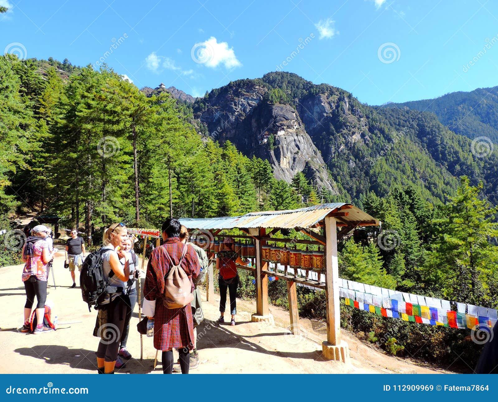 Viajeros que caminan hacia Paro Taktsang de Bhután