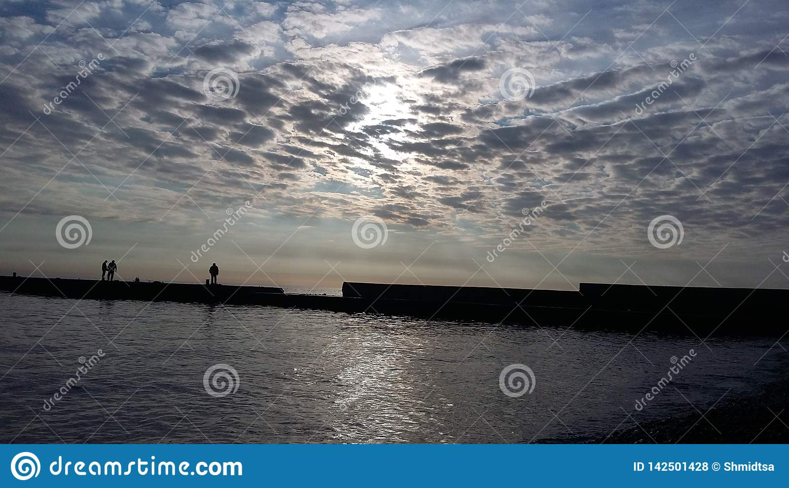 Viajes que traen salud, aire fresco del barco en la orilla,