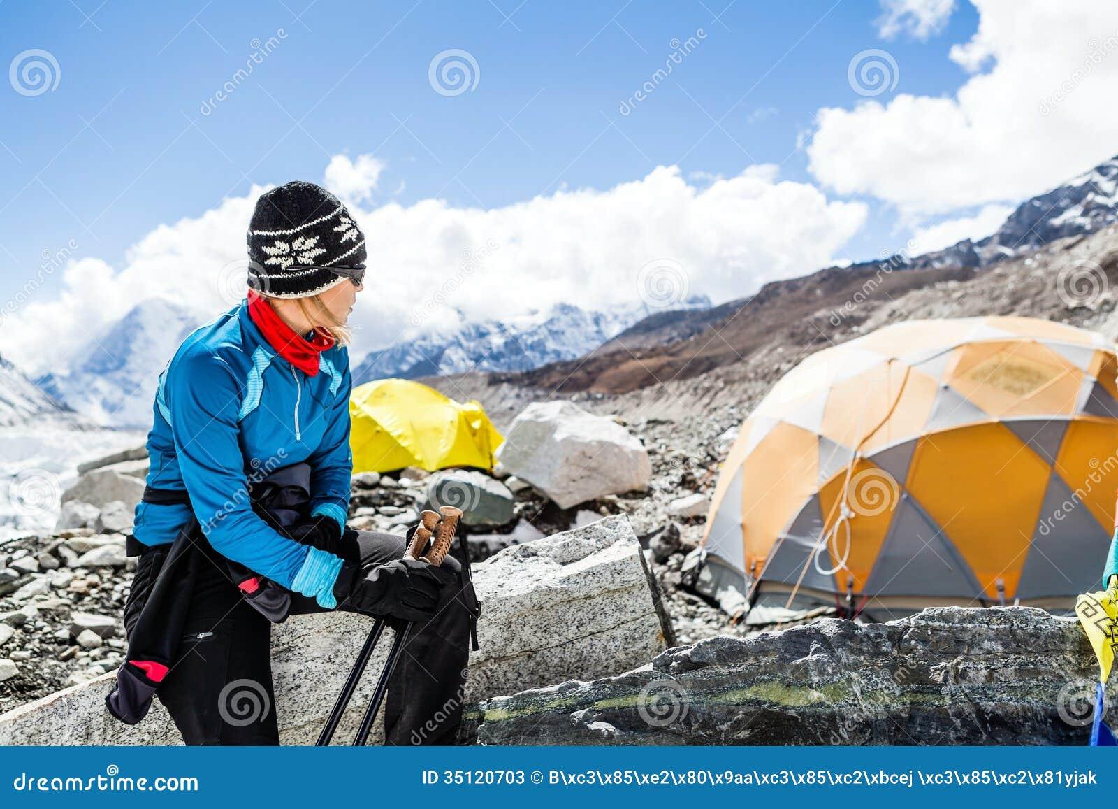 Viandante della donna nel campo base di Everest
