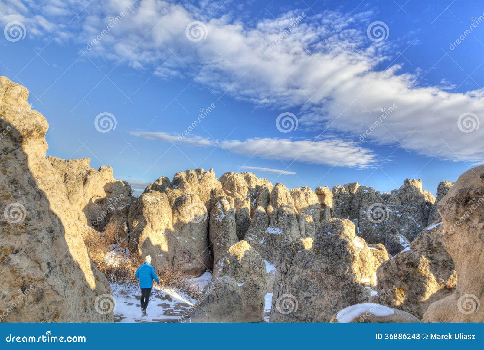 Download Viandante Nella Formazione Rocciosa Forte Naturale Fotografia Stock - Immagine di storico, forte: 36886248
