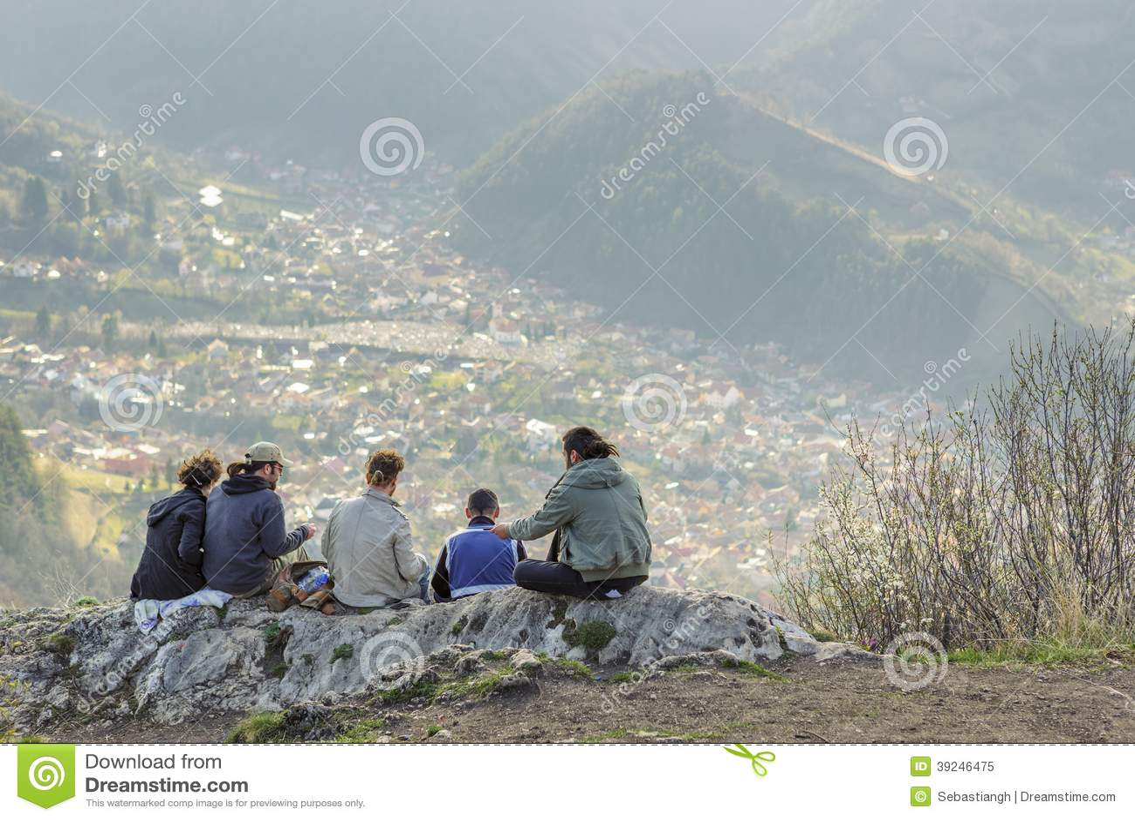 Viandanti che godono del panorama della città di Brasov