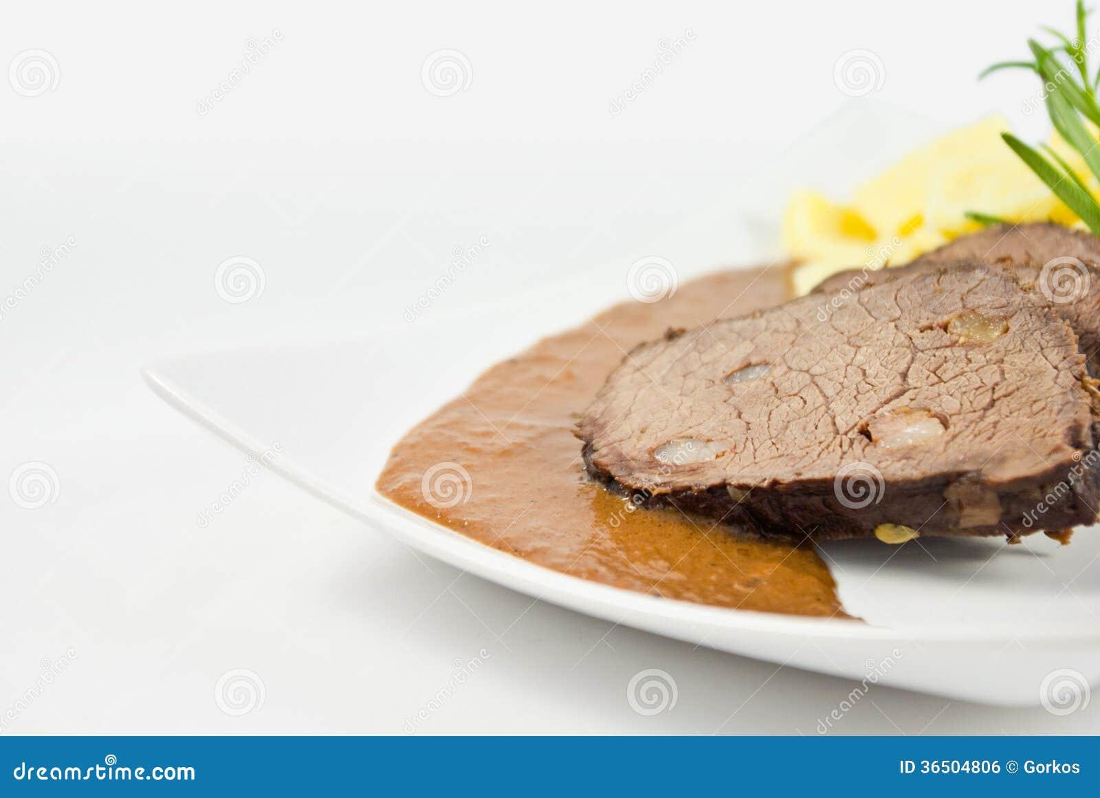 Viande avec de la sauce et la pomme de terre