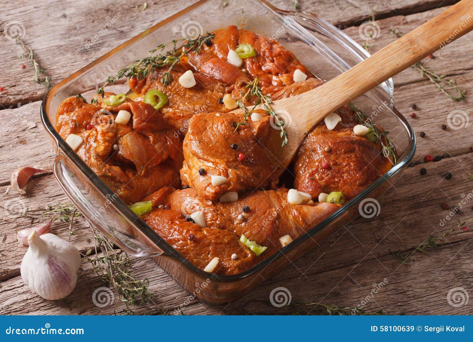Viande crue dans une marinade rouge épicée dans une fin de cuvette  horizontal