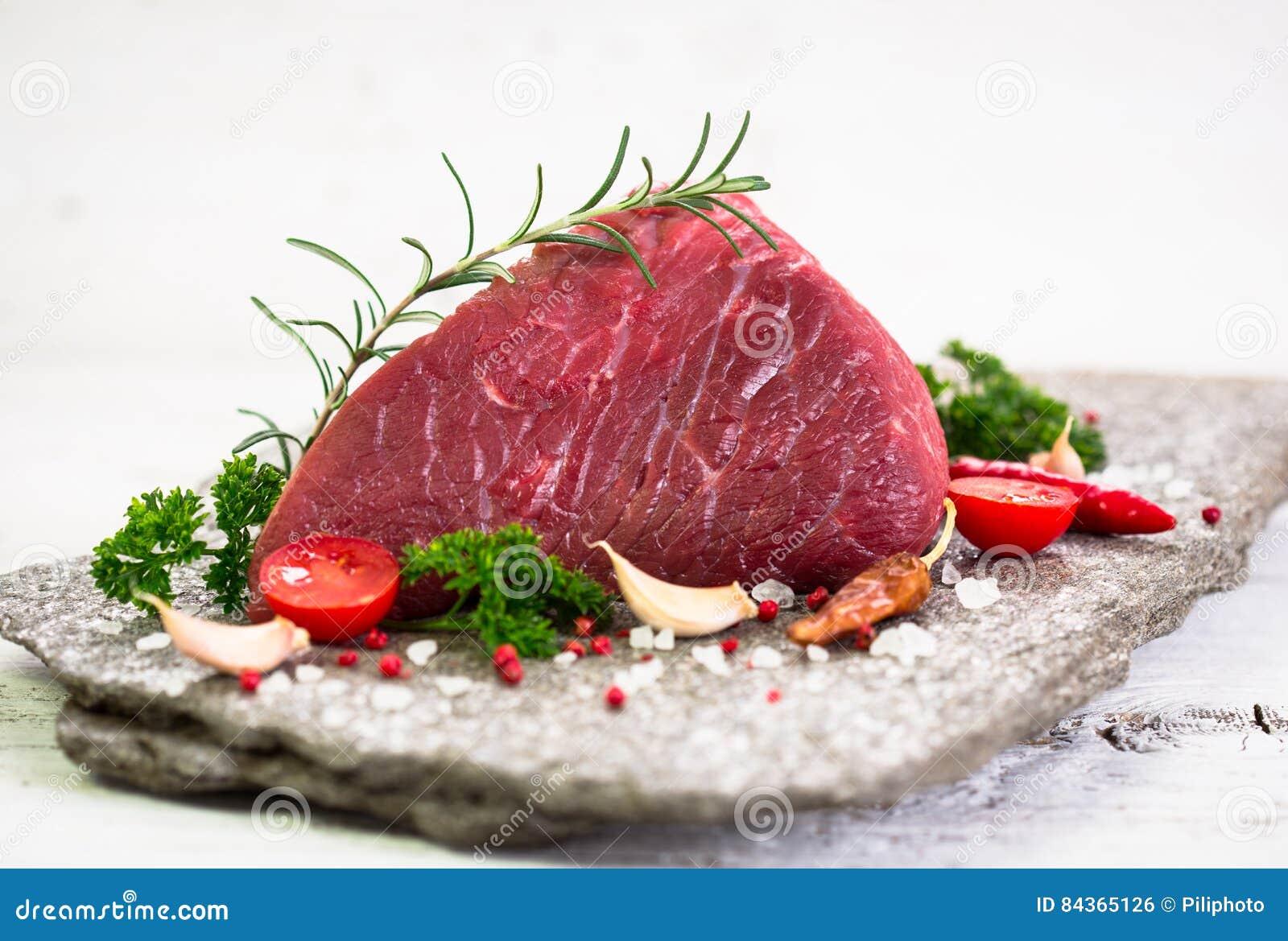 Viande crue de boeuf avec des épices
