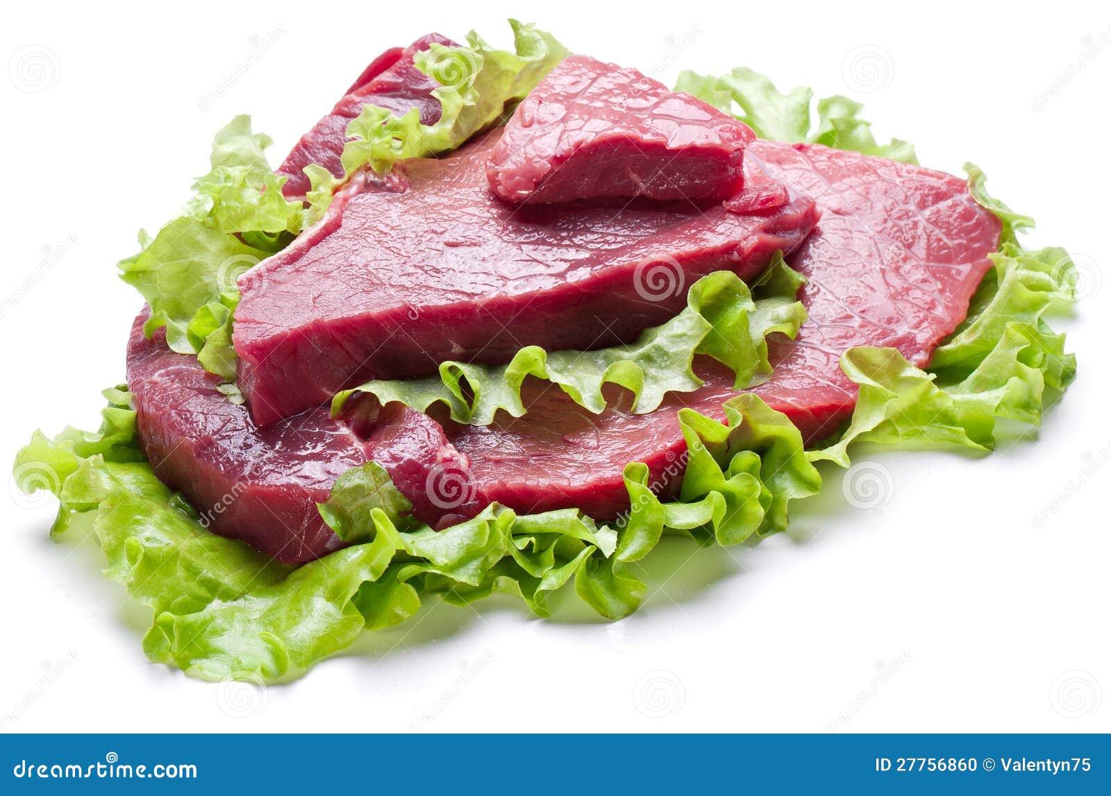 Viande crue sur des lames de laitue.