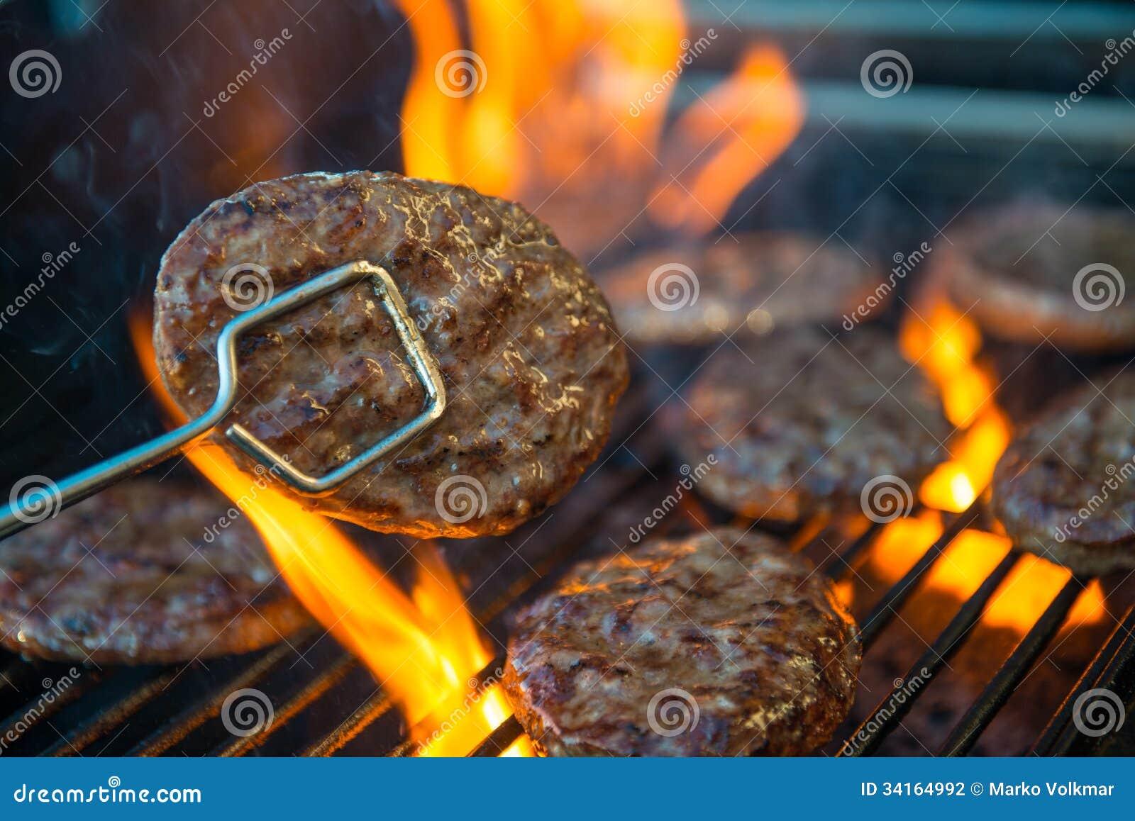 Viande d hamburger sur le barbecue