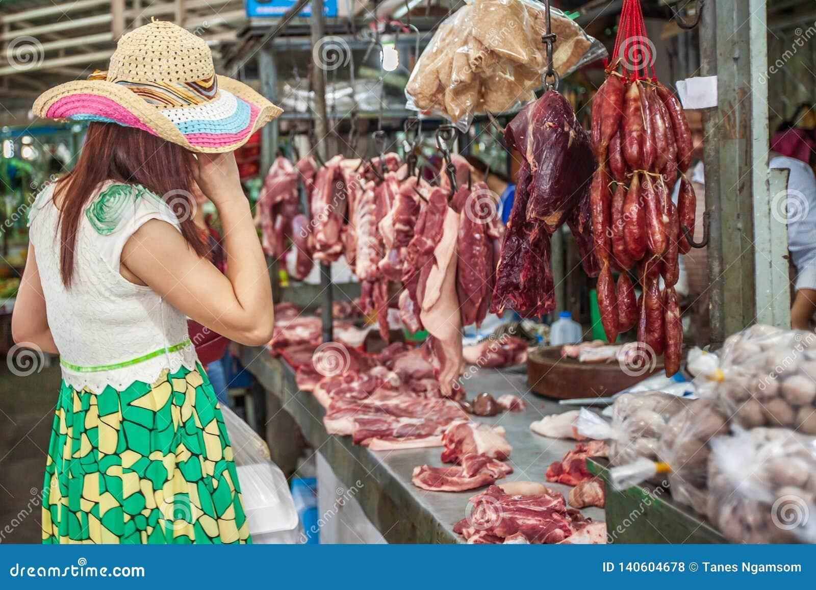 Viande de achat de client féminin au magasin de butcher's, variété de viande, porc, boeuf, poulet, nervures et saucisse chinois