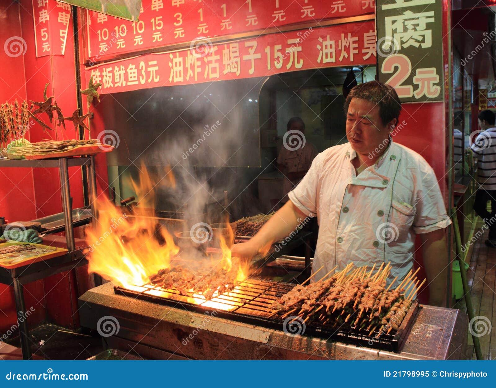Viande grillée au marché de nourriture de nuit à Pékin