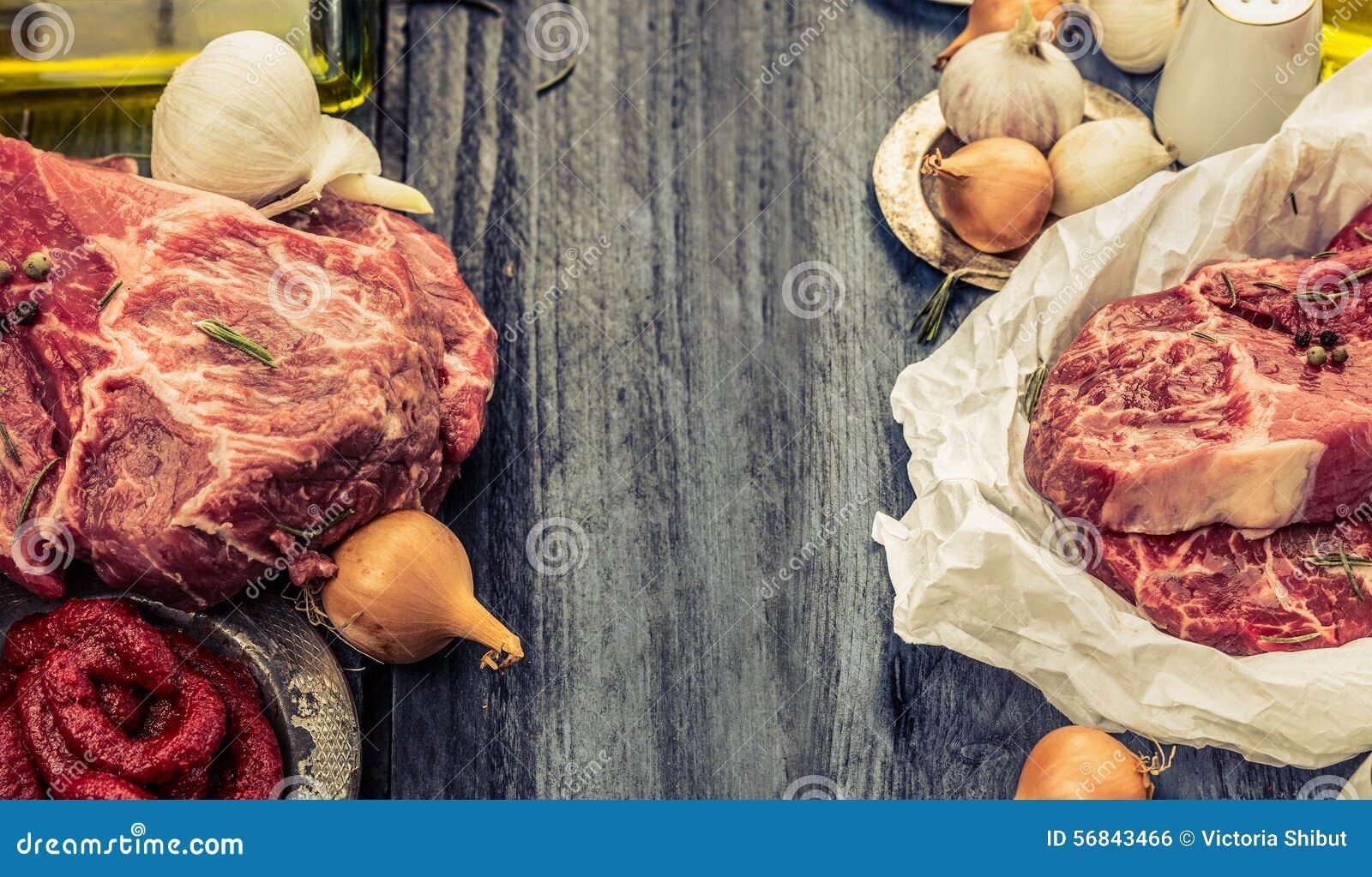 Viande marbrée fraîche crue en papier avec le pétrole et les épices sur le fond en bois rustique, bannière pour le site Web avec