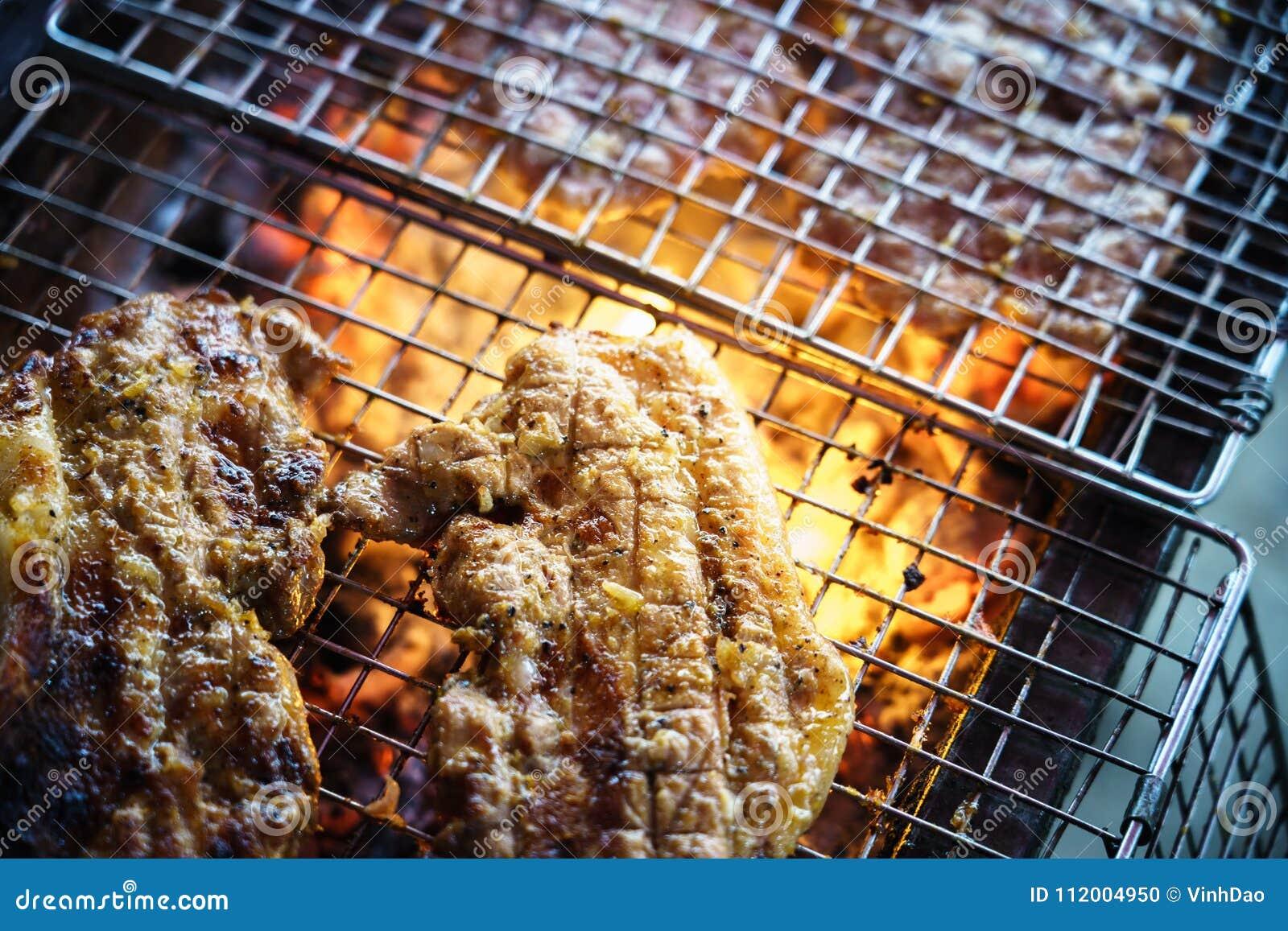 Viande sur le gril avec la flamme BBQ extérieur