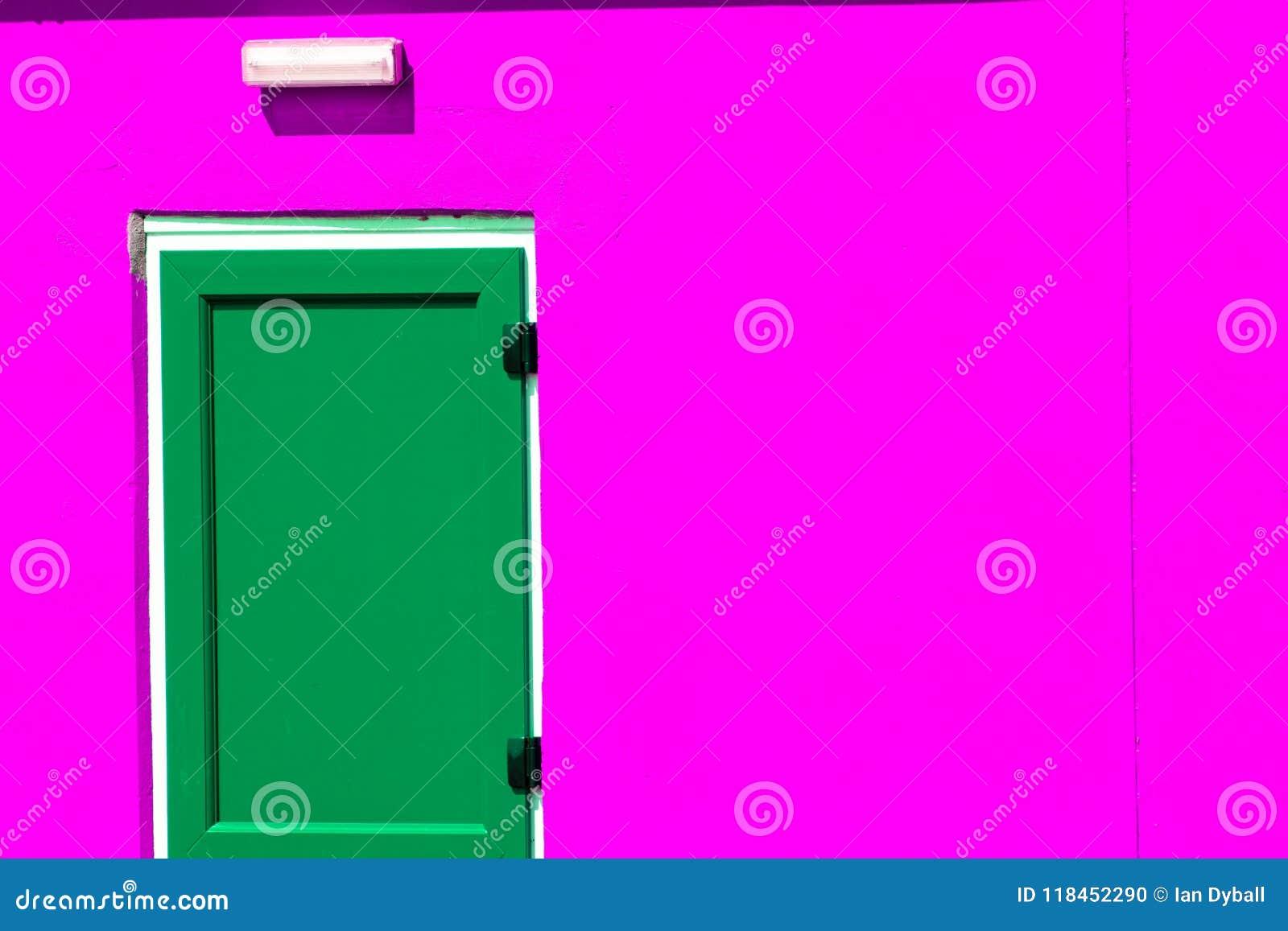 Vibrerande färgrik målarfärg Gräsplan målad dörr på rosa byggnad för neon
