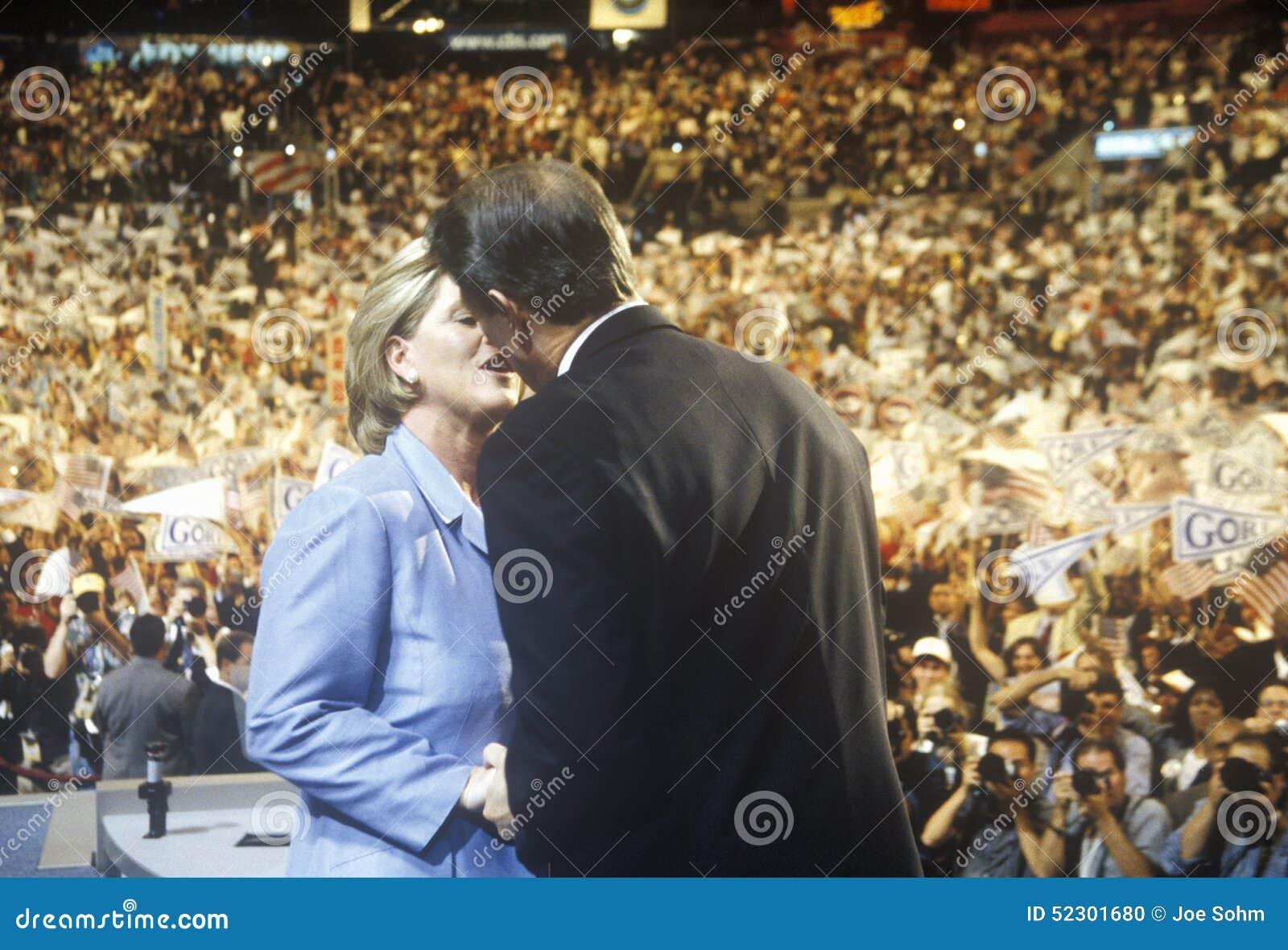 Vicepresidente anterior Al Gore entrega el discurso de aceptación en los 2000 convenios Democratic en Staples Center, Los Ángeles