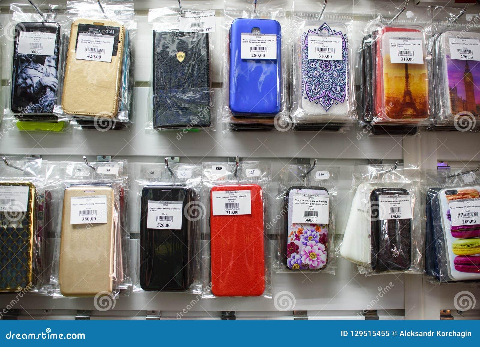 VICHUGA, RUSSIE - 21 AVRIL 2018 : Cas de téléphone portable dans un magasin de détail