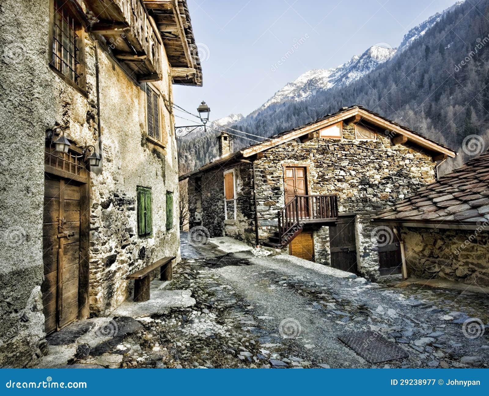 Vicolo con la casa della pietra in montagna immagine stock for La pietra tradizionale casa santorini