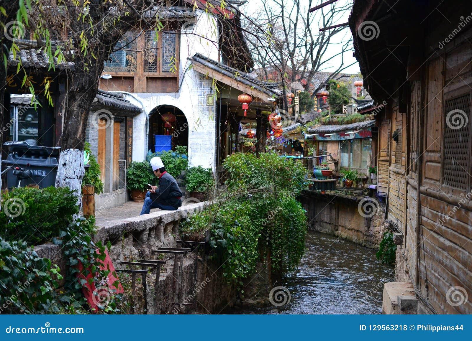 Vicolo e vie in vecchia città di Lijiang, il Yunnan, Cina con architettura del cinese tradizionale