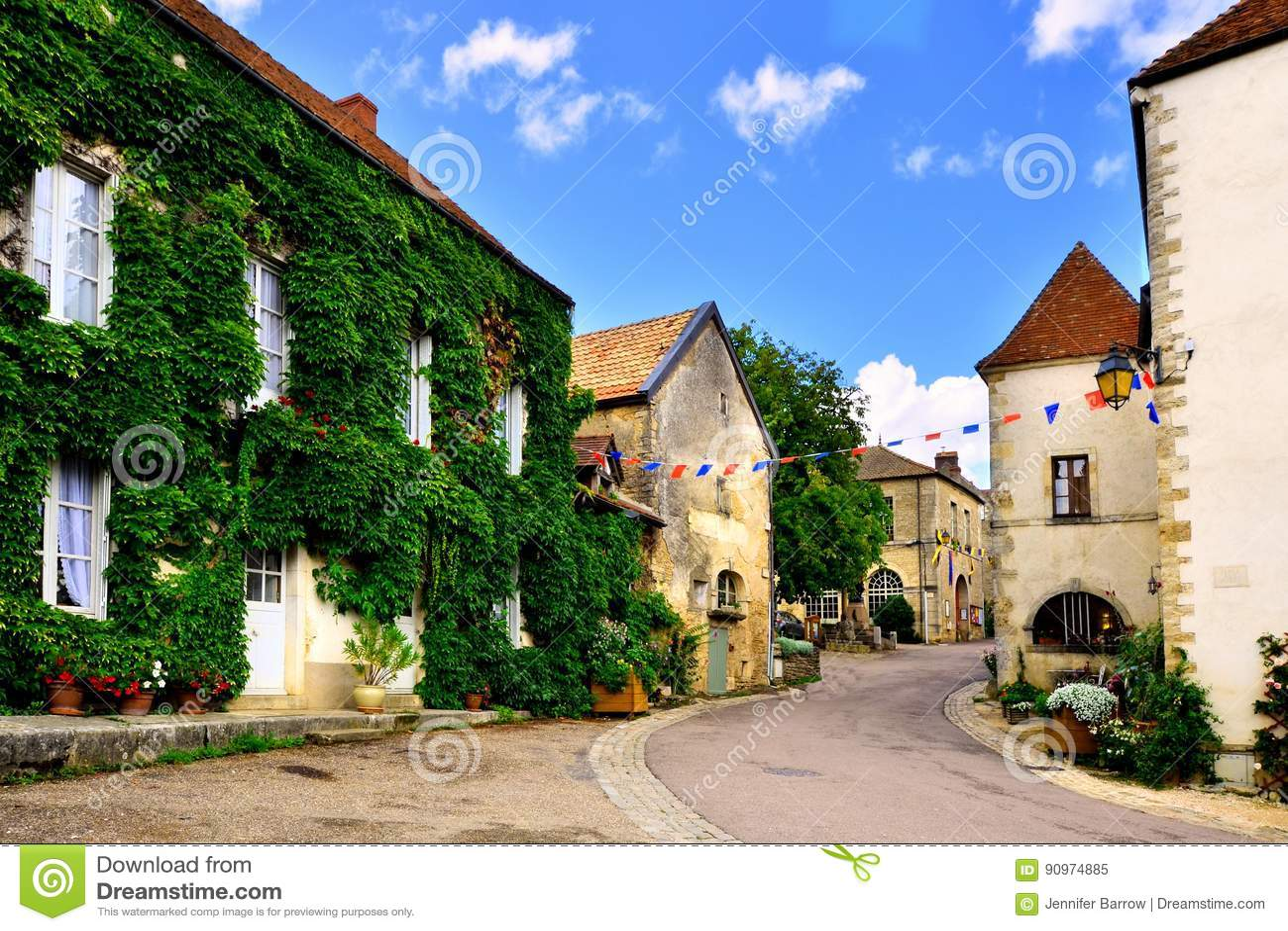 Vicolo frondoso di un villaggio medievale, Borgogna, Francia