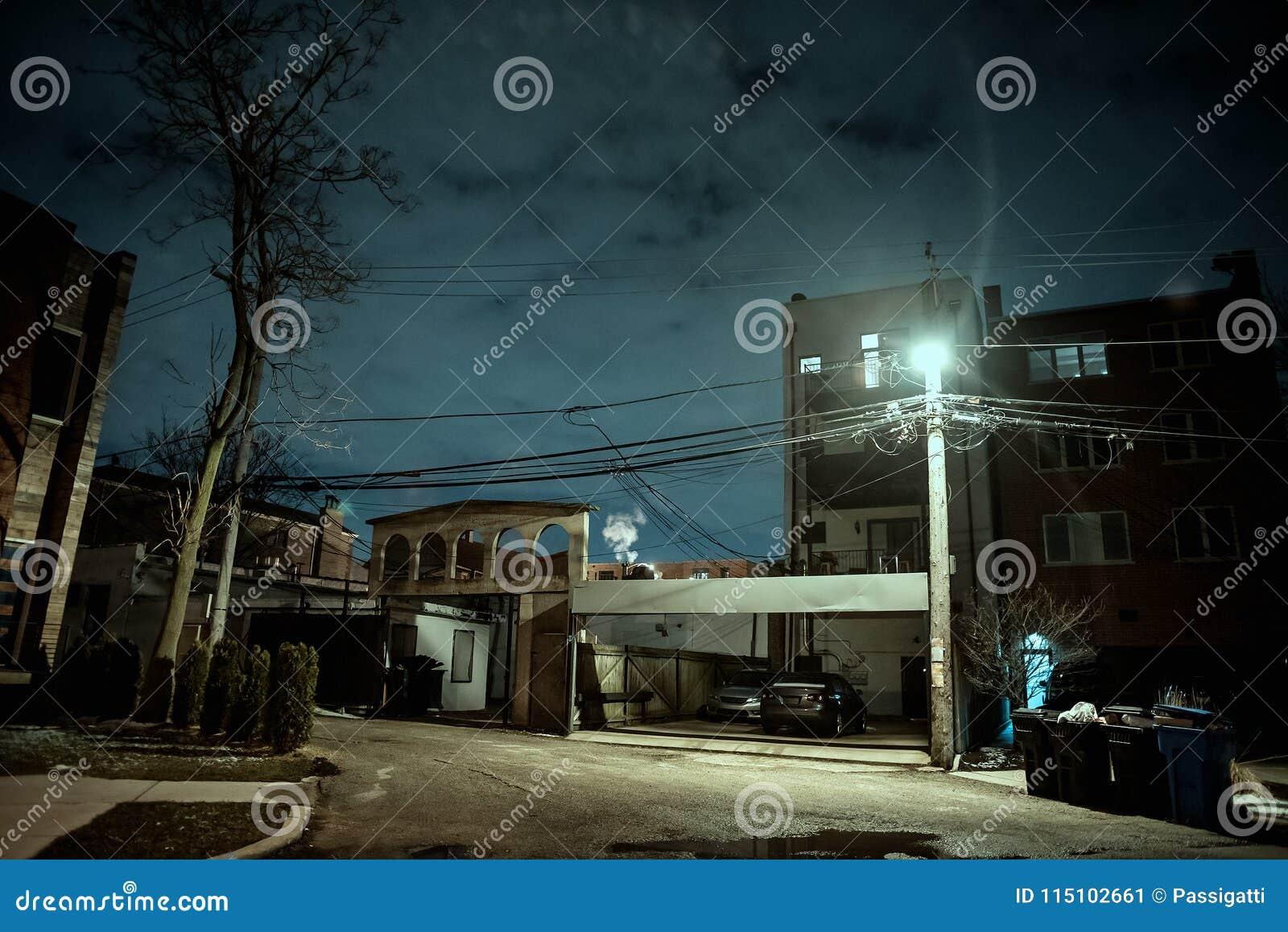 Vicolo scuro e sinistro della città alla notte