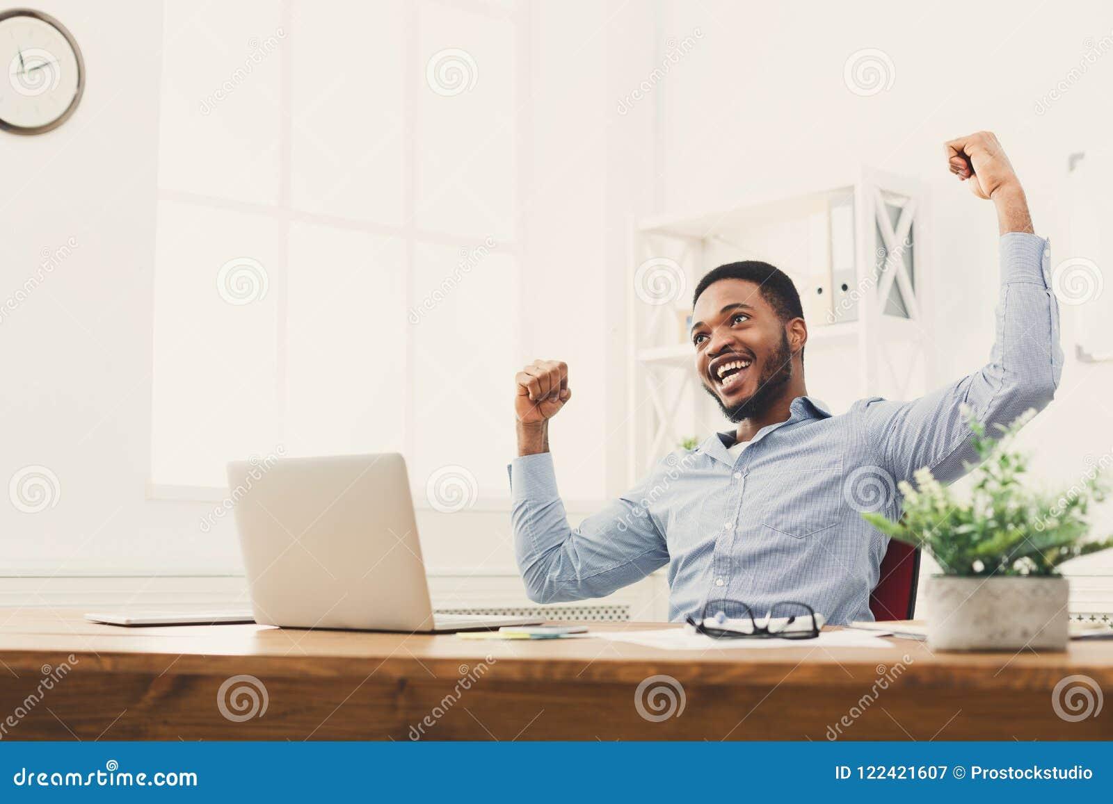 Victoire heureuse d homme d affaires Gagnant, homme de couleur dans le bureau